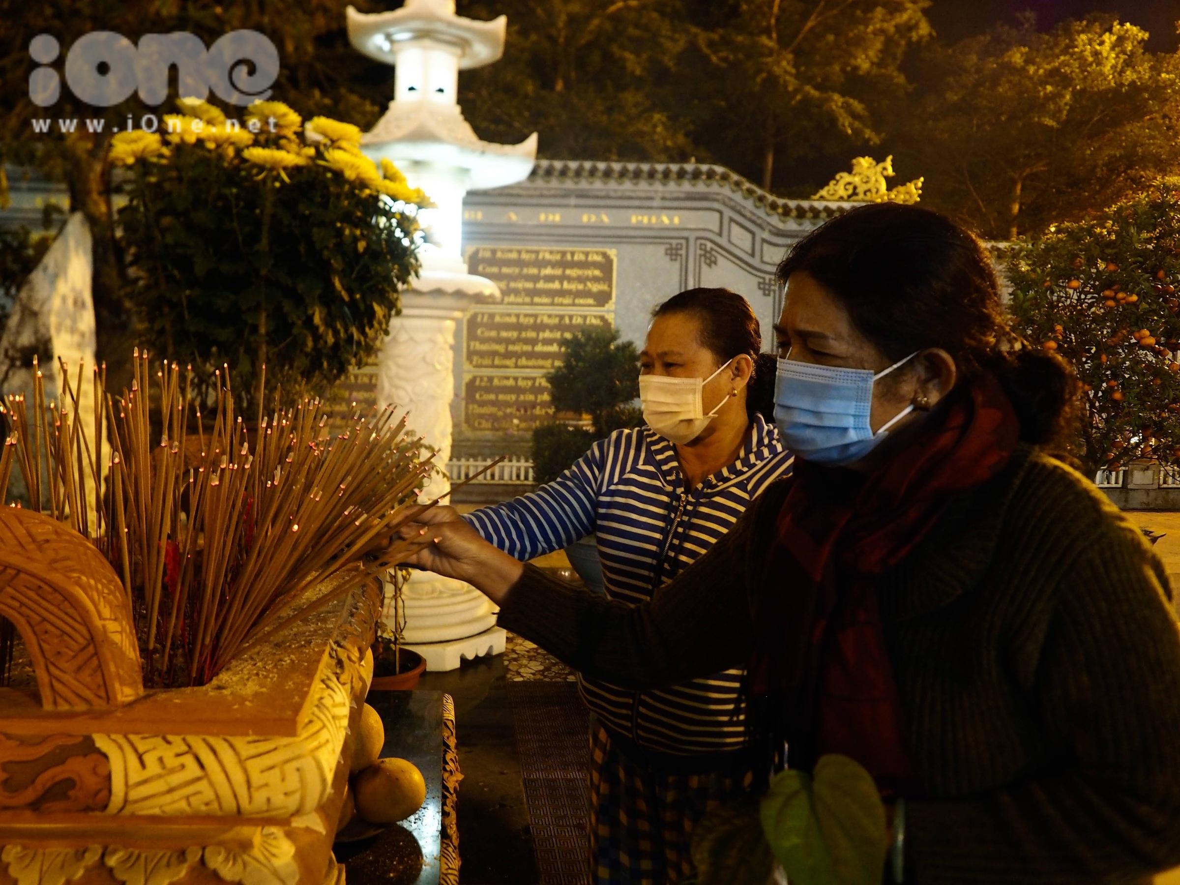 Mọi người dâng hương, xin xăm, thắp nến chủ yếu cầu bình an, sức khỏe, tài lộc cho gia đình.