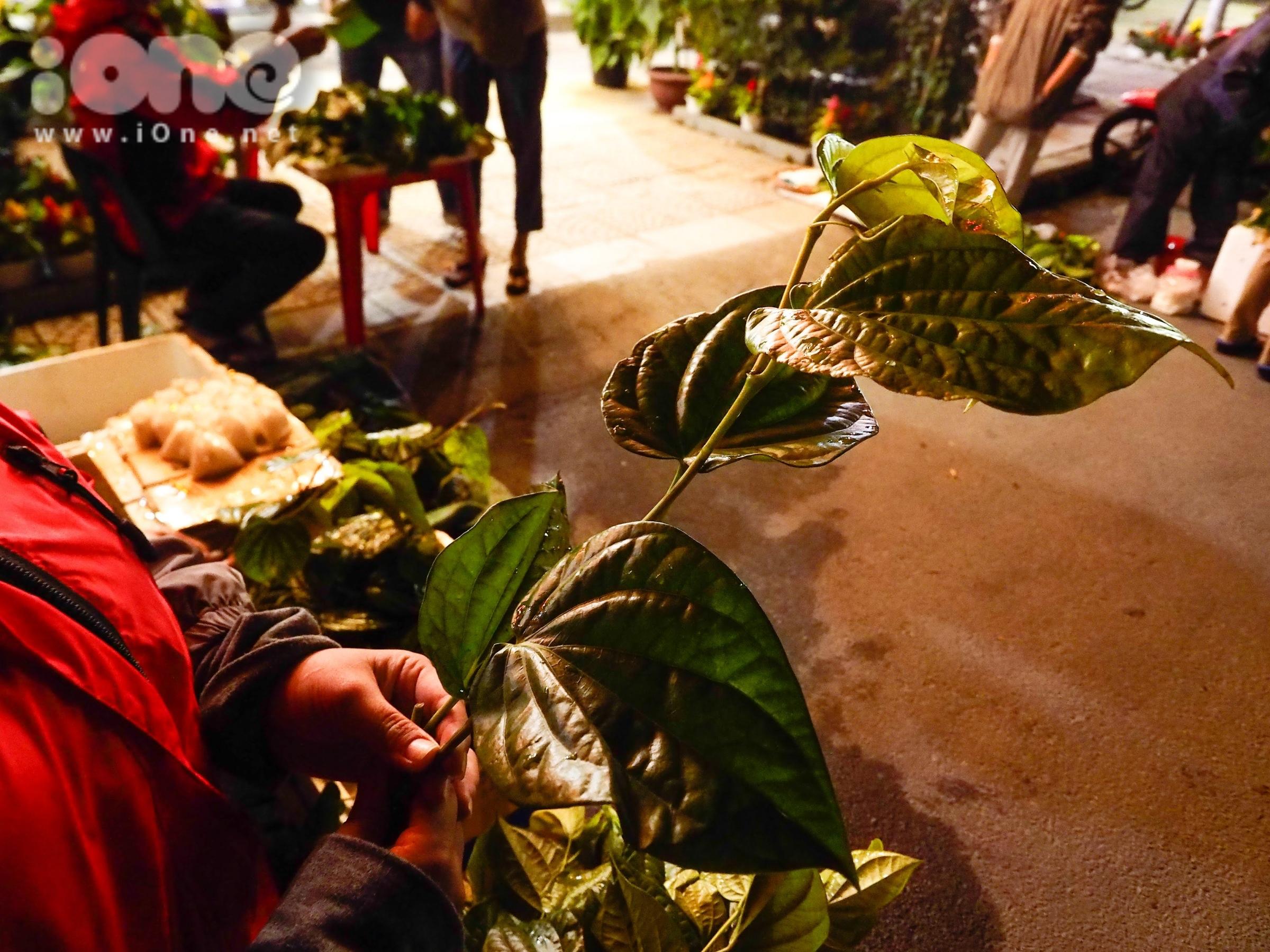 Phía trước cửa ra vào các ngôi chùa, nhiều người dân tập trung bán lá trầu, hạt muối, chuỗi hạt... để khách thăm viếng có thể mua về làm lộc, cầu may mắn.