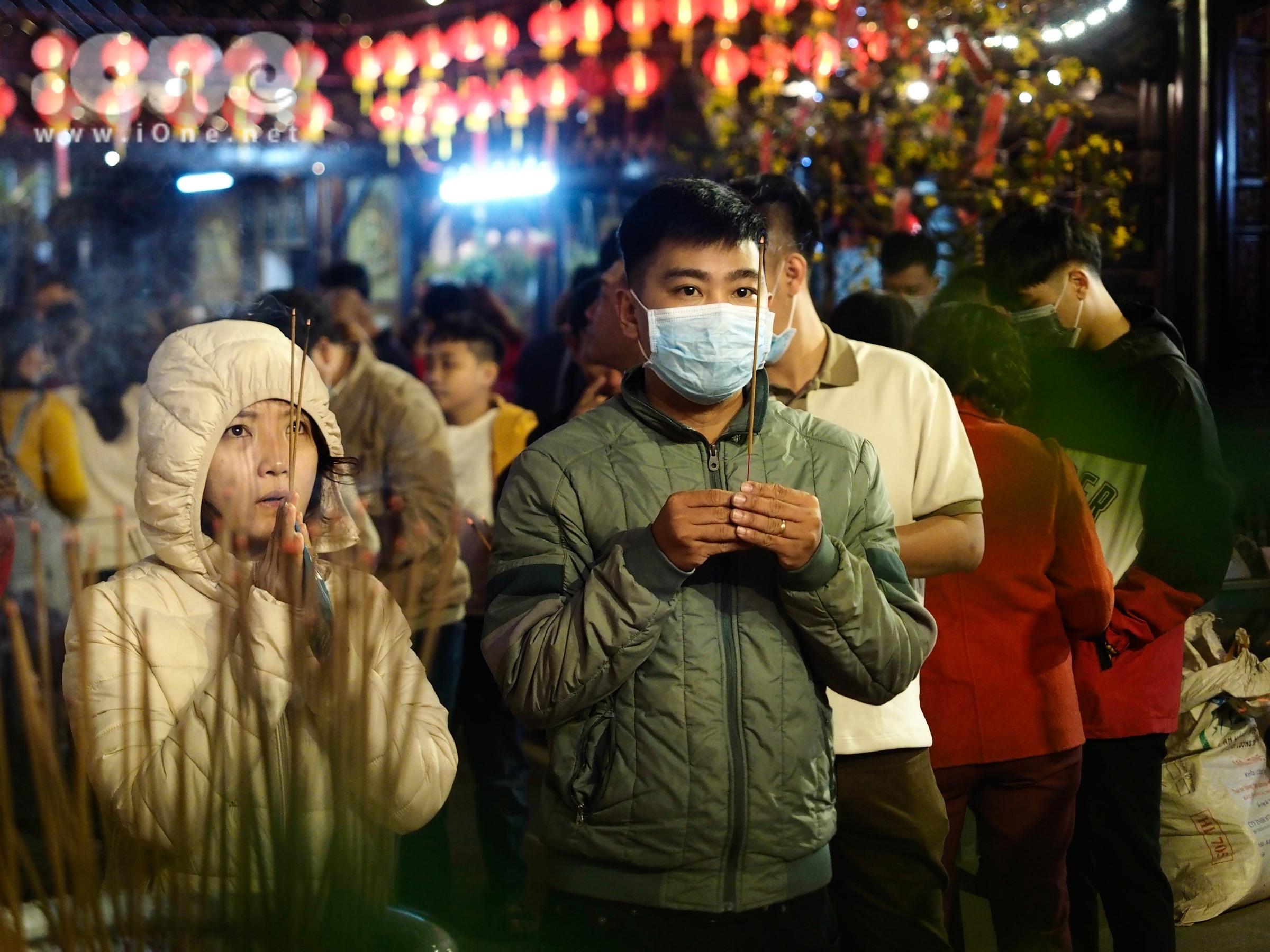 Bạn trẻ đi cầu sức khỏe, bình an cho mình và gia đình.