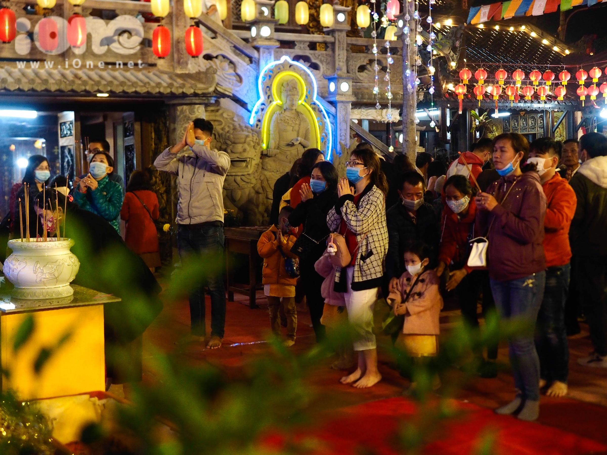Nhiều gia đình, các bạn trẻ, cặp đôi đã đến các chùa lớn như: chùa Bà Đa, chùa An Long, chùa Bát Nhã, Thiền Viện Bồ Đề, chùa Linh Ứng...