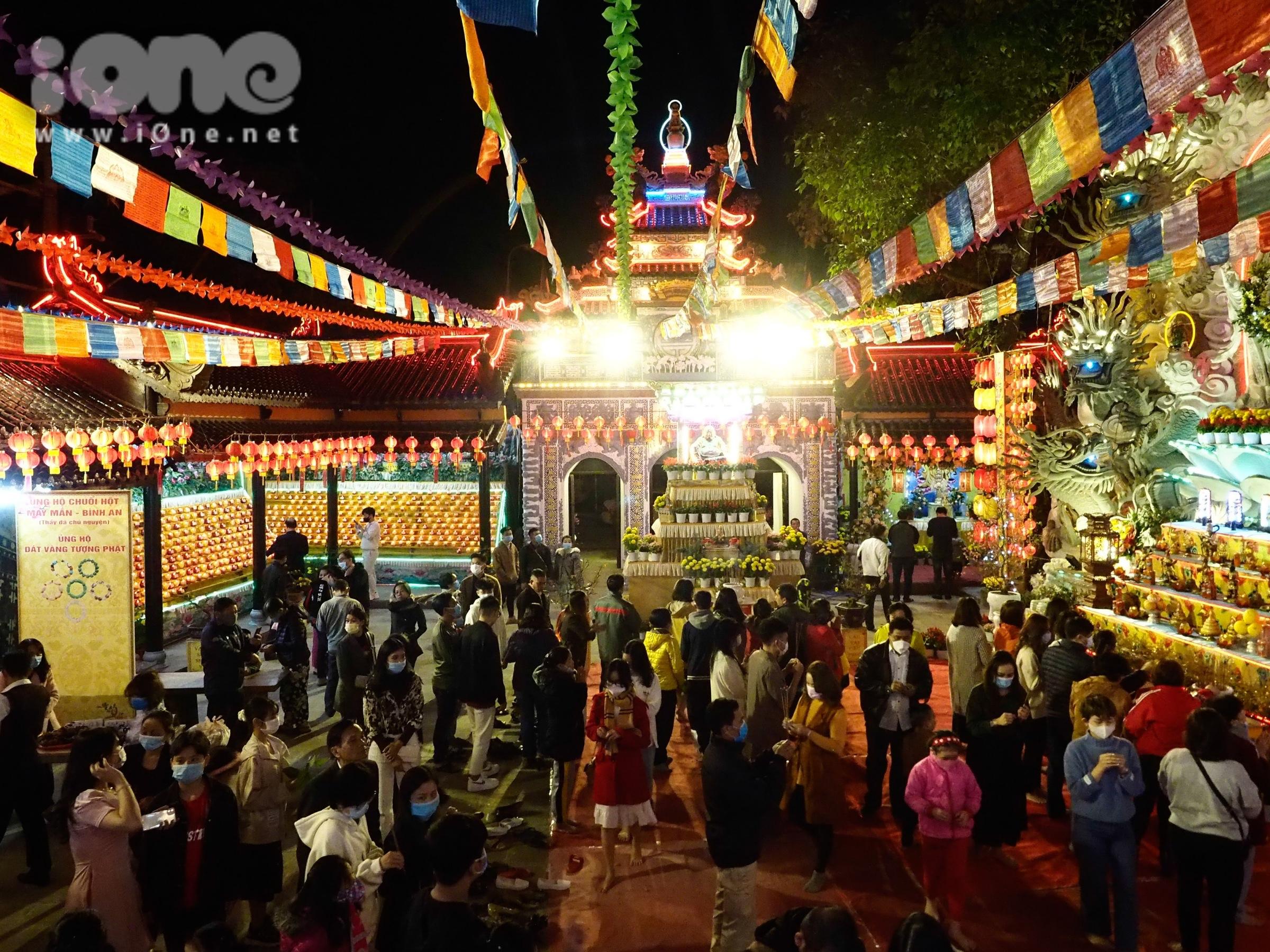 Sau khi đồng hồ điểm những giây phút đầu tiên của năm mới, một bộ phận người dân Đà Nẵng đi chùa đầu năm để thắp hương, nguyện cầu những điều tốt lành trong năm mới.