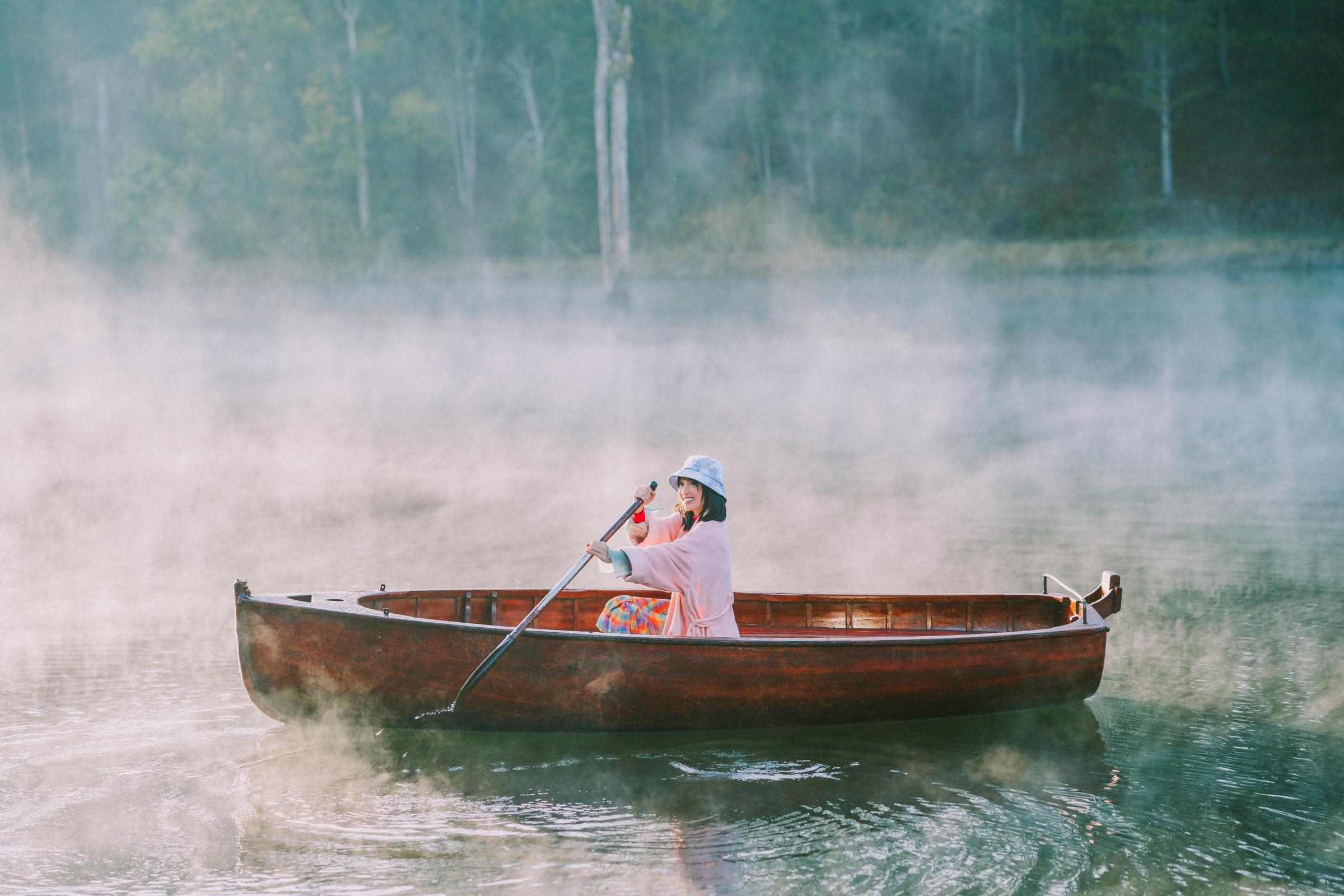 Một cảnh quay giữa hồ trong MV.