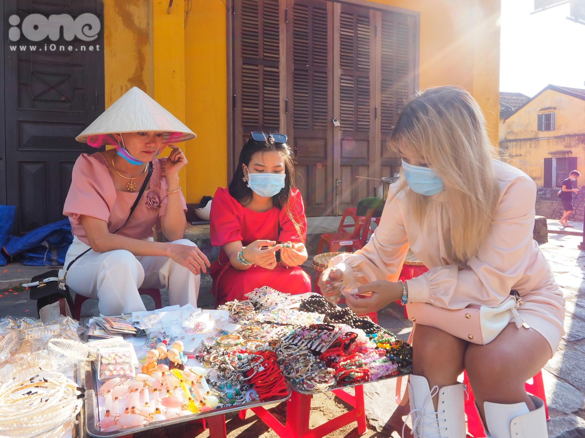 Khẩu trang được du khách đeo thường xuyên để phòng chống dịch bệnh có nguy cơ lây nhiễm.