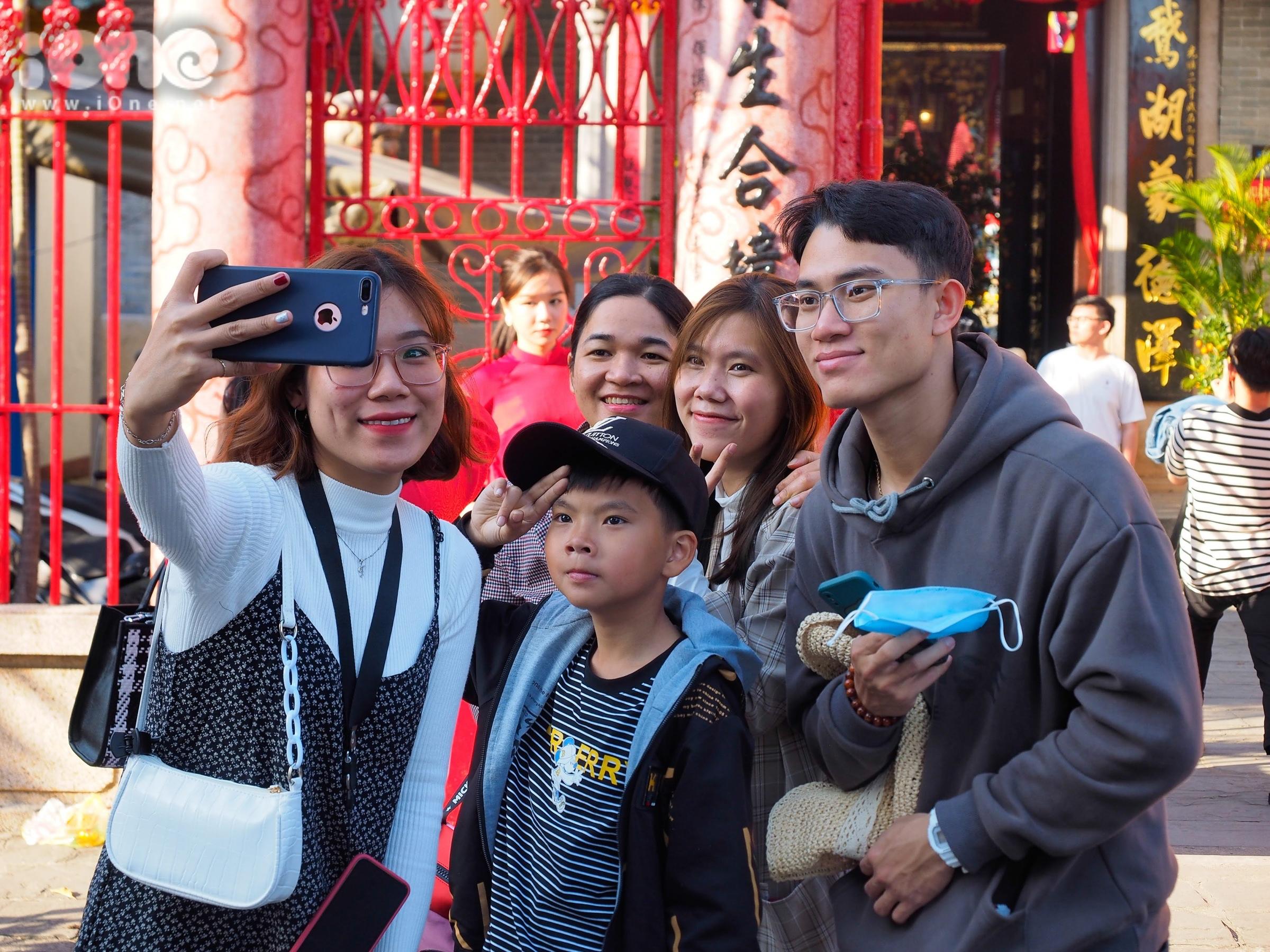 Tại chùa Cầu, Hội quán Quảng Đông, Hội quán Phúc Kiến... hoạt động dâng hương, xin xăm được mở cửa để các nhóm du khách, gia đình dừng chân, thăm viếng.