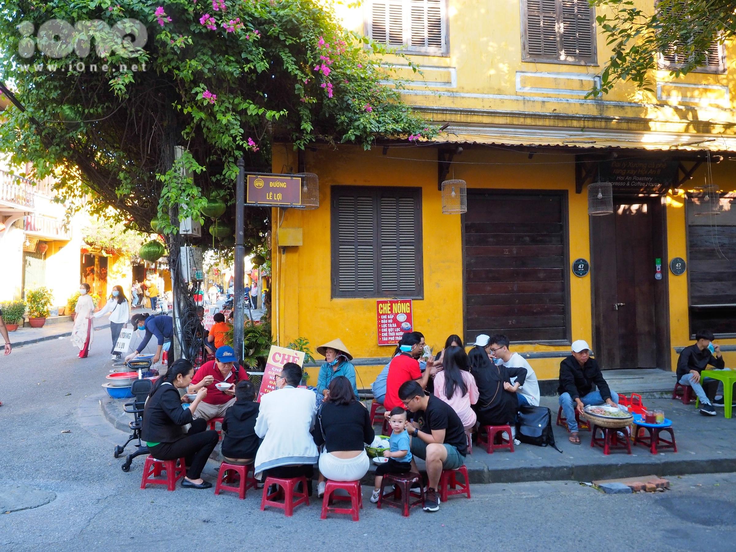 Các quán chè, quán nước cũng mở cửa đón khách trên phố Lê Lợi.