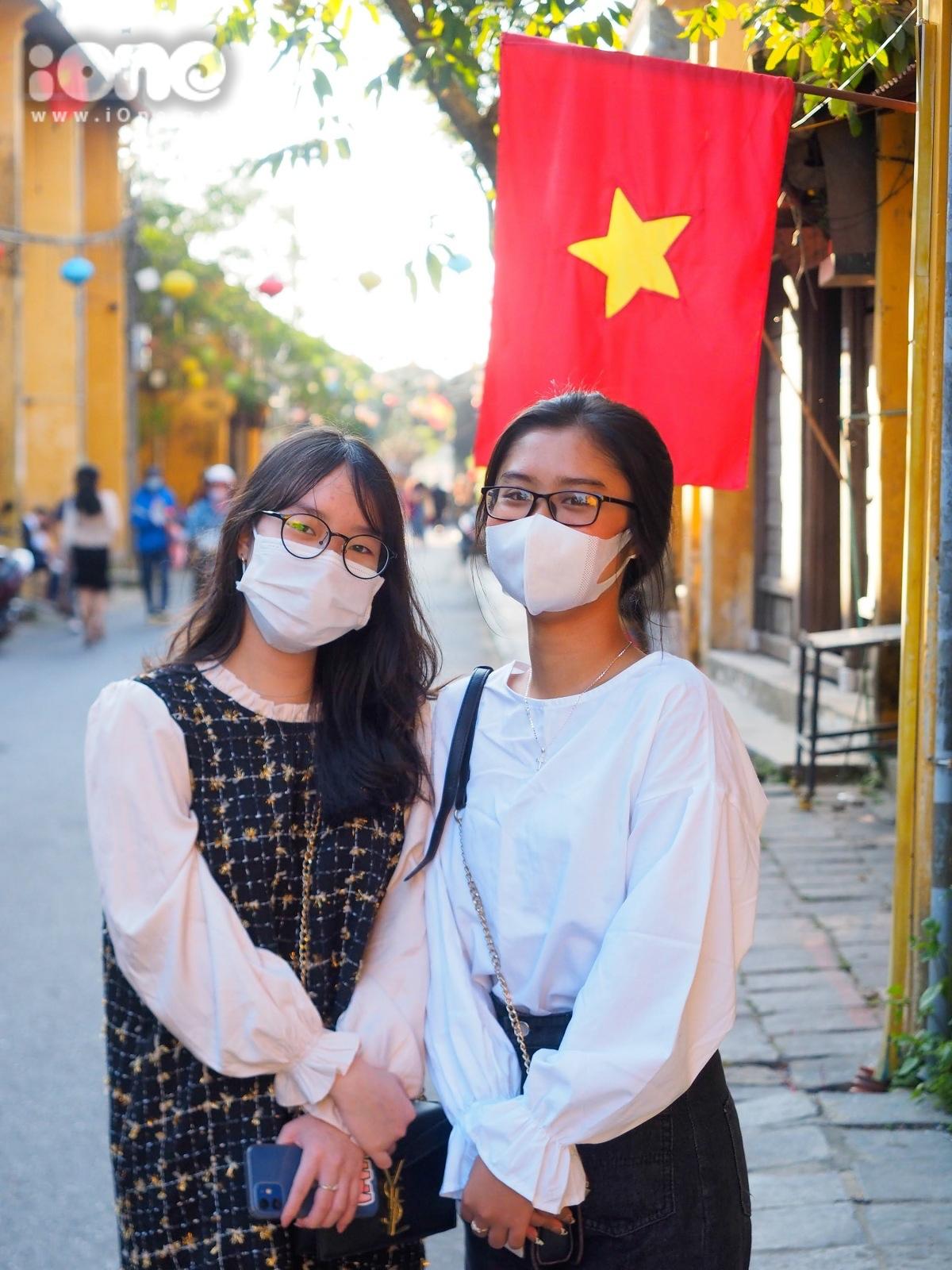 Hai bạn trẻ Mai Anh Thư và Mai Phương Trinh, sinh năm 2005, đến từ Quảng Nam cho biết, khẩu trang là vật bất ly thân khi ra đường vào ngày Tết. Để phòng chống dịch bệnh, bọn em hạn chế đến những nơi tập trung đông người, thường xuyên đeo khẩu trang và rửa tay sát khuẩn, người này nói.