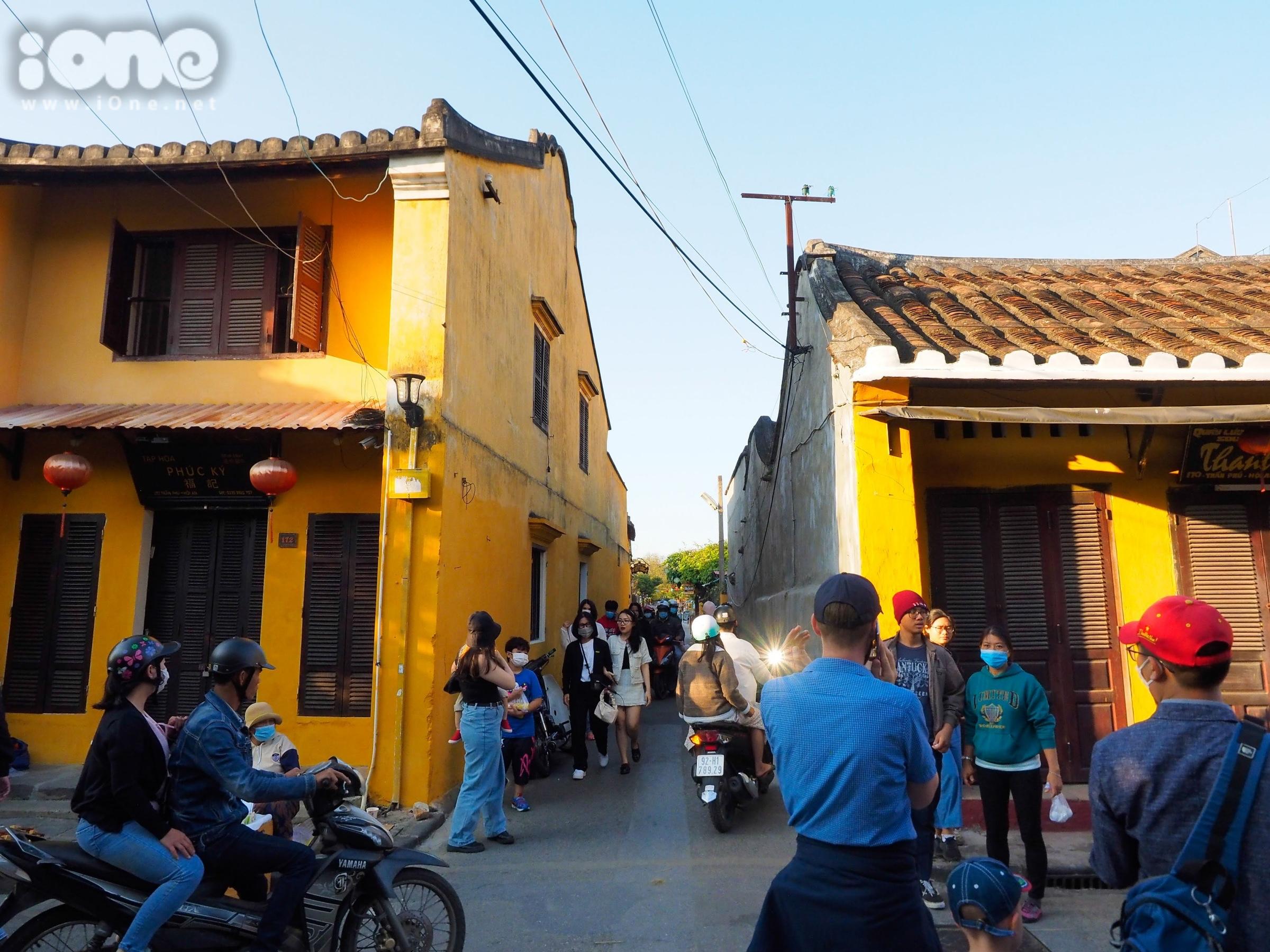 Nguyễn Thành, 24 tuổi, thợ chụp ảnh ngoại cảnh ở Hội An chia sẻ: Ở Hội An chưa có trường hợp lây nhiễm nên việc đi lại, làm việc của mình chưa bị ảnh hưởng nhiều. Để bảo vệ bản thân, mình thường xuyên đeo khẩu trang khi chụp ảnh cho khách hàng.