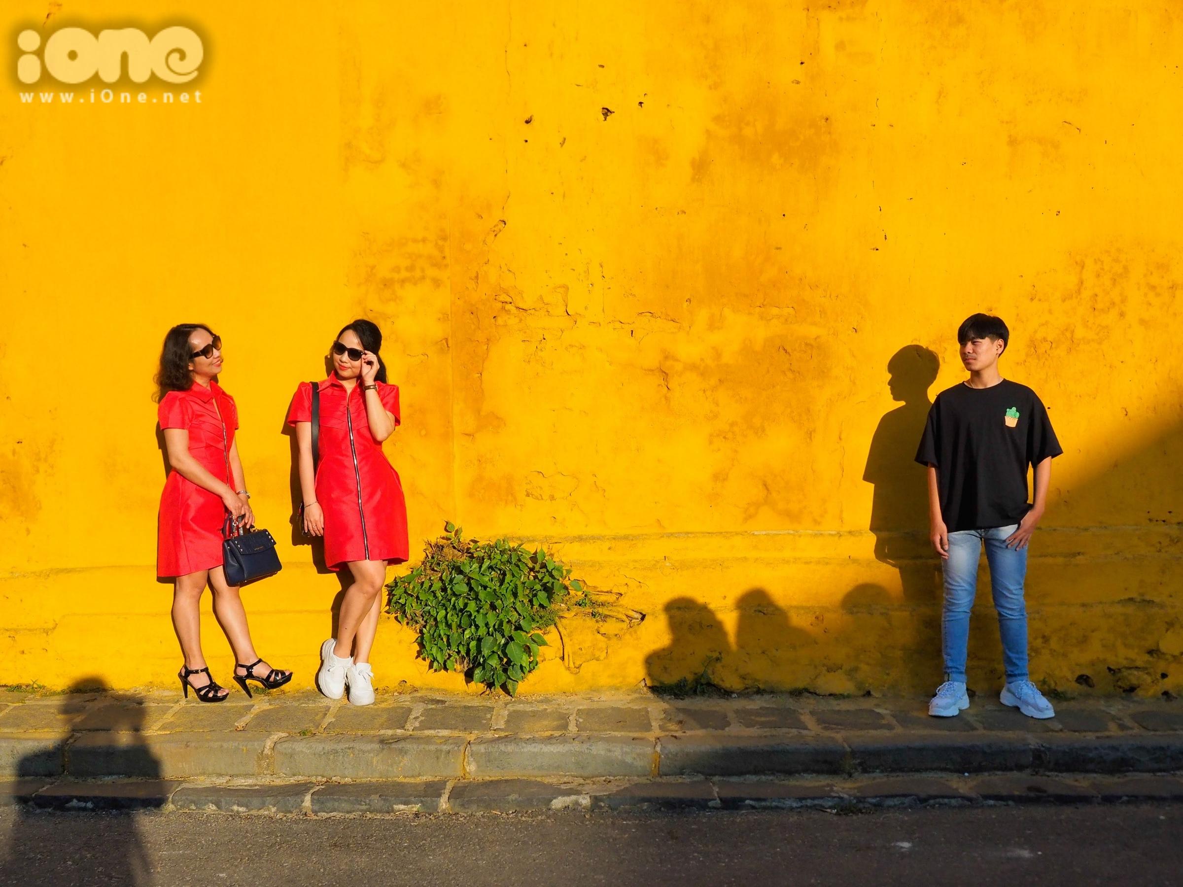 Những bức tường màu vàng ở cạnh chùa Cầu, Hội Quán Quảng Đông, các quán cafe trên cao, đường Bạch Đằng ven sông Hoài... là nơi du khách dừng chân để chụp ảnh ngoại cảnh đông đảo.
