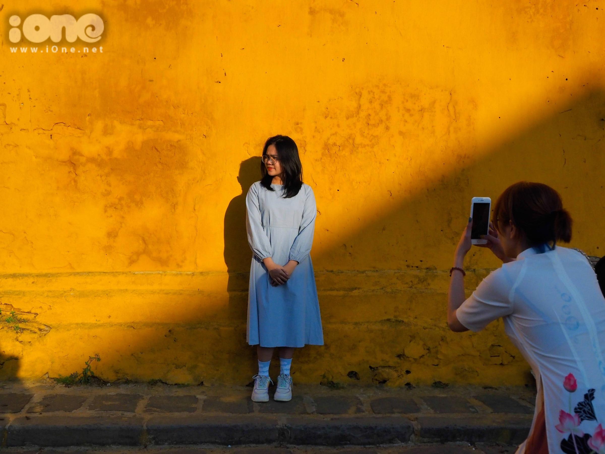 Màu vàng của nắng, đổ bóng trên những bức tường cổ được sơn màu vàng, tạo nên những hậu cảnh chụp ảnh nghệ thuật, đẹp mắt. Nhiều bạn gái trẻ, được nhìn thấy trẻ trung trong những bộ trang phục dạo phố thời trang như váy đầm, áo dài hoa, sườn xám...