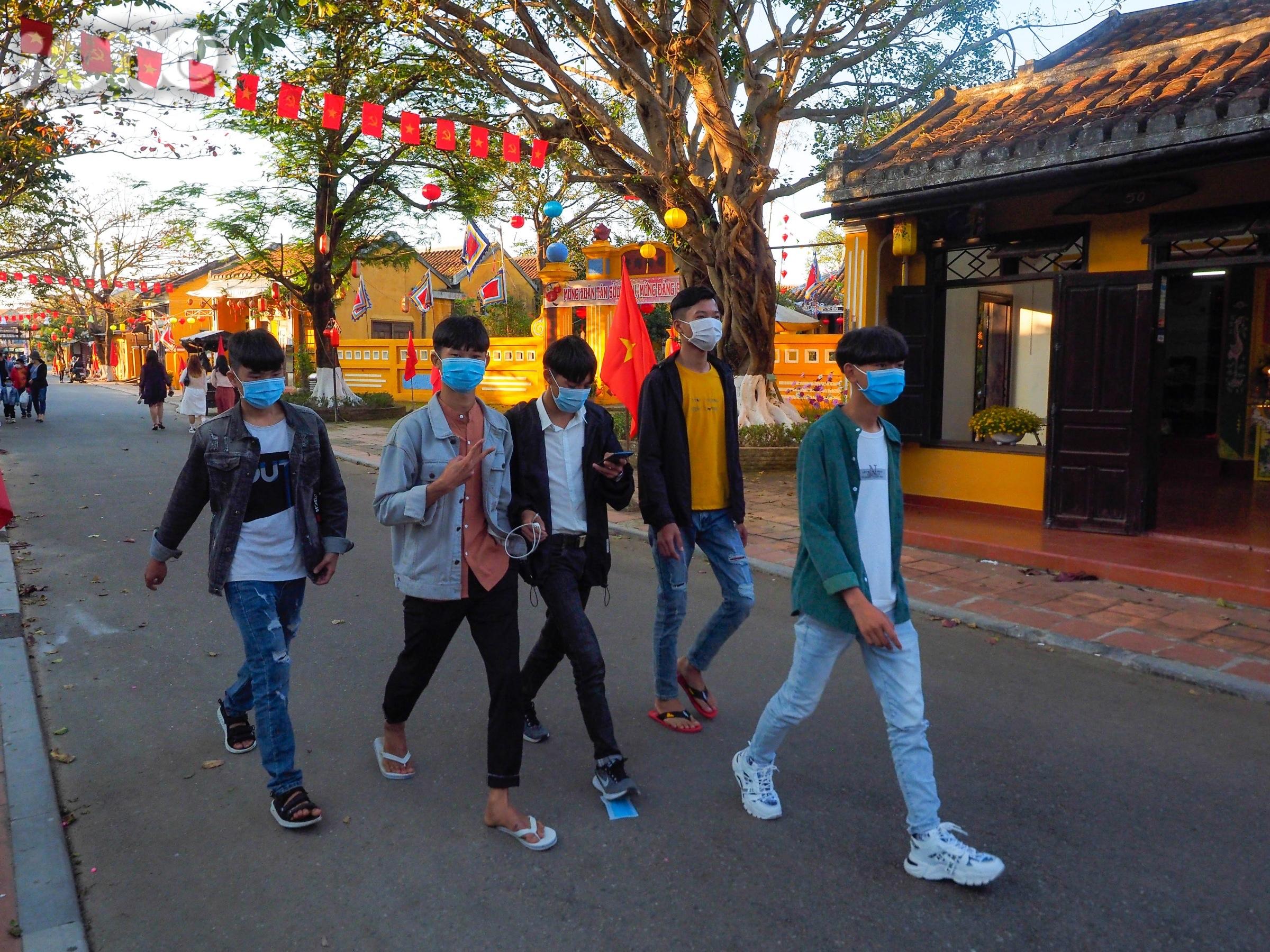Nhiều tốp bạn trẻ, các gia đình nhỏ ăn bận quần áo mới, dạo bộ vào phố cổ để tham quan, chụp ảnh, mua sắm và thưởng thức ẩm thực đường phố.
