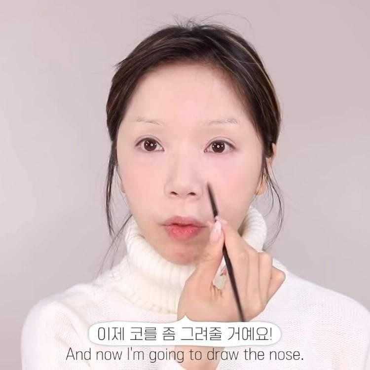 Không cần makeup phần môi trở xuống vì nó sẽ được áo len cao cổ che đi.