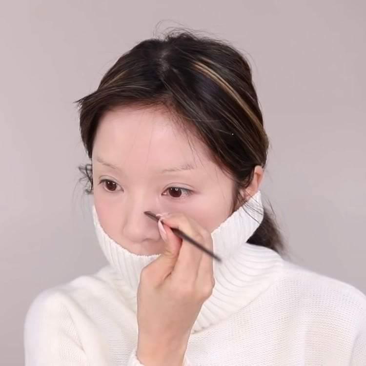 Dùng chì kẻ lông mày hoặc chì kẻ môi để tạo khối cho chiếc mũi giả