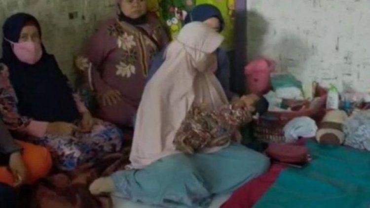 Người thân tập trung tại nhà của Siti Zainah để thăm cô và con gái mới sinh.