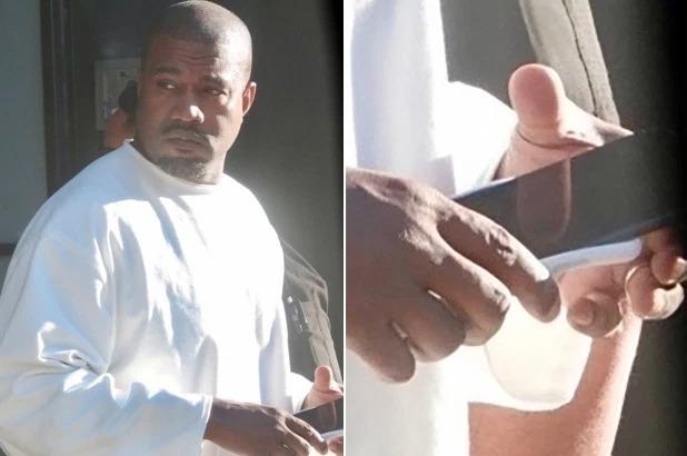 Kanye West vẫn đeo nhẫn cưới trong bức ảnh chụp hôm 17/2. Ảnh: Backgrid.