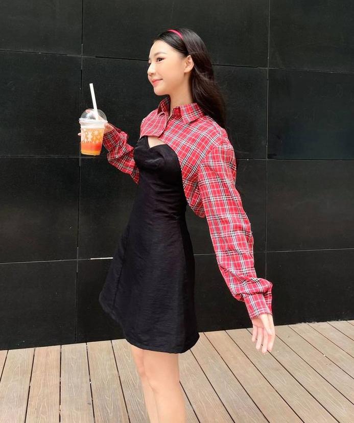 Chiếc váy có kiểu dáng kết hợp sơ mi ngang ngực lạ mắt là lựa chọn của Amee để tạo diện mạo trẻ trung. Nữ ca sĩ còn khéo mix thêm bờm tóc đúng chuẩn high teen.