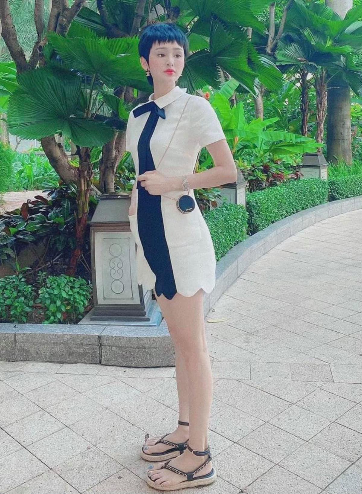 Chiếc váy nơ cổ xinh xắn mang đến cho Hiền Hồ diện mạo như búp bê. Cách kết hợp túi xách nhỏ xíu của Prada và sandals Chanel cũng là lựa chọn tinh tế của người đẹp.