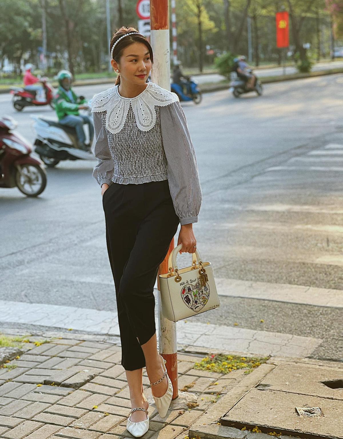 Thanh Hằng trông như mới đôi mươi khi diện sơ mi, giày bệt và bờm ngọc trai dạo phố.