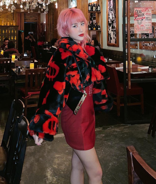 Quỳnh Anh Shyn xúng xính váy đỏ cùng áo khoác lông dáng lửng đậm chất retro khi ra phố ngày lạnh.