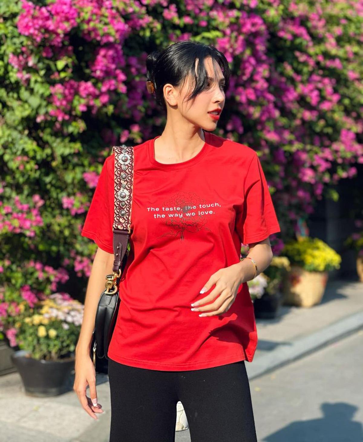 Minh Triệu diện chiếc áo phông thuộc thương hiệu do cô sáng lập. Sắc đỏ rực rỡ giúp siêu mẫu lên đồ đơn giản nhưng vẫn nổi bật trên phố.