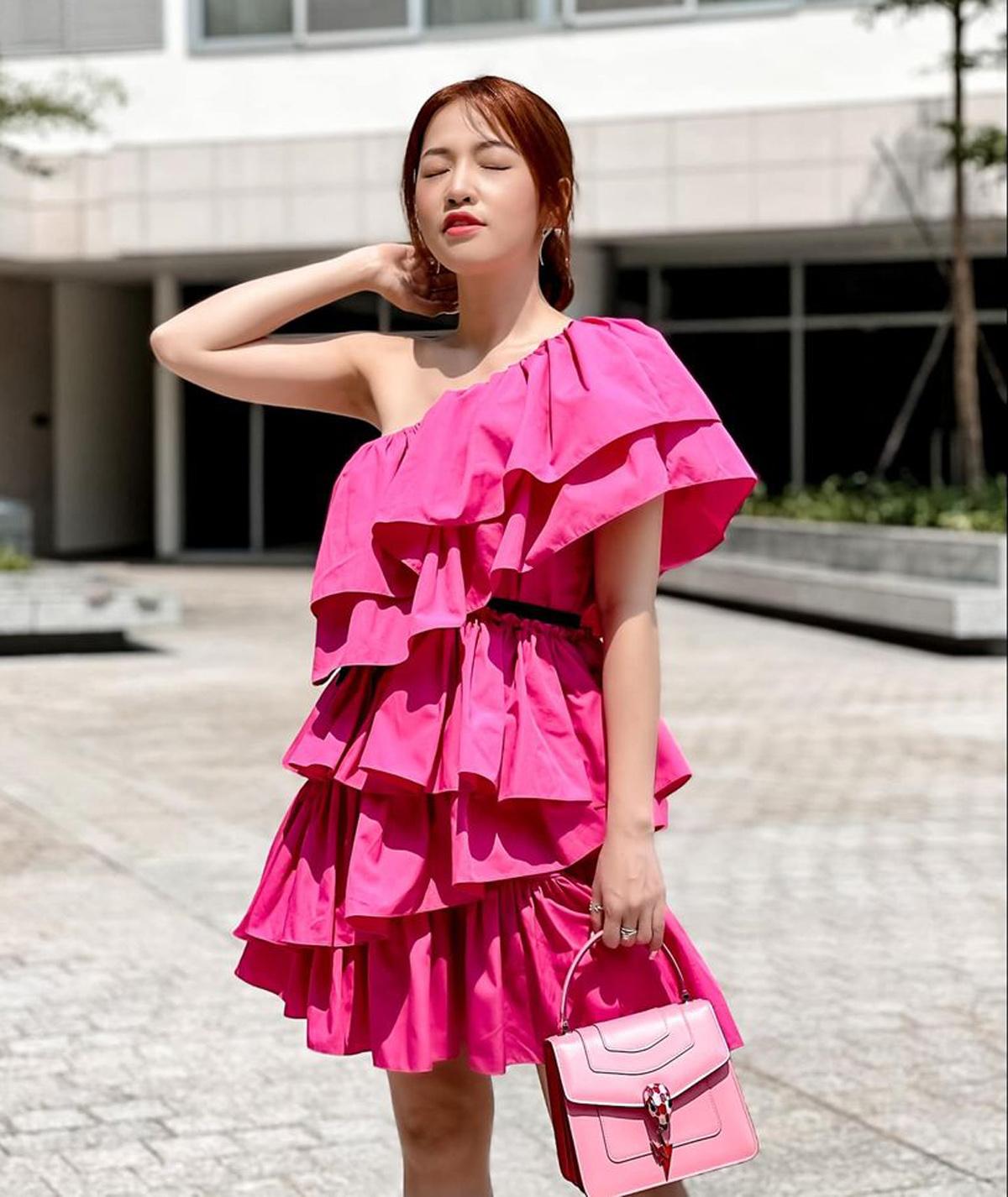 Puka rực rỡ trên phố với váy hồng neon mix túi xách màu ăn ý.