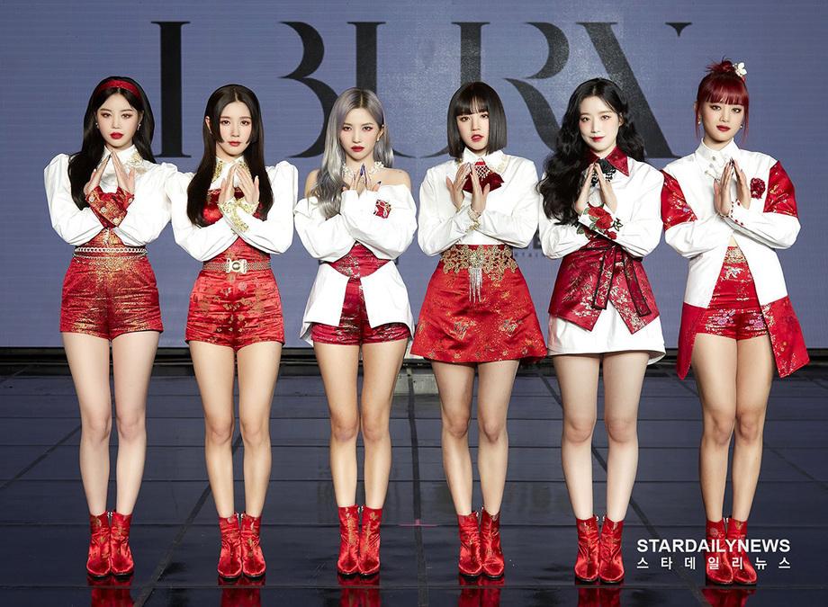 Soo Jin (bìa trái) trong đội hình (G)I-DLE. Cô vốn được yêu mến nhờ ngoại hình xinh đẹp, khí chất quyến rũ trên sân khấu.