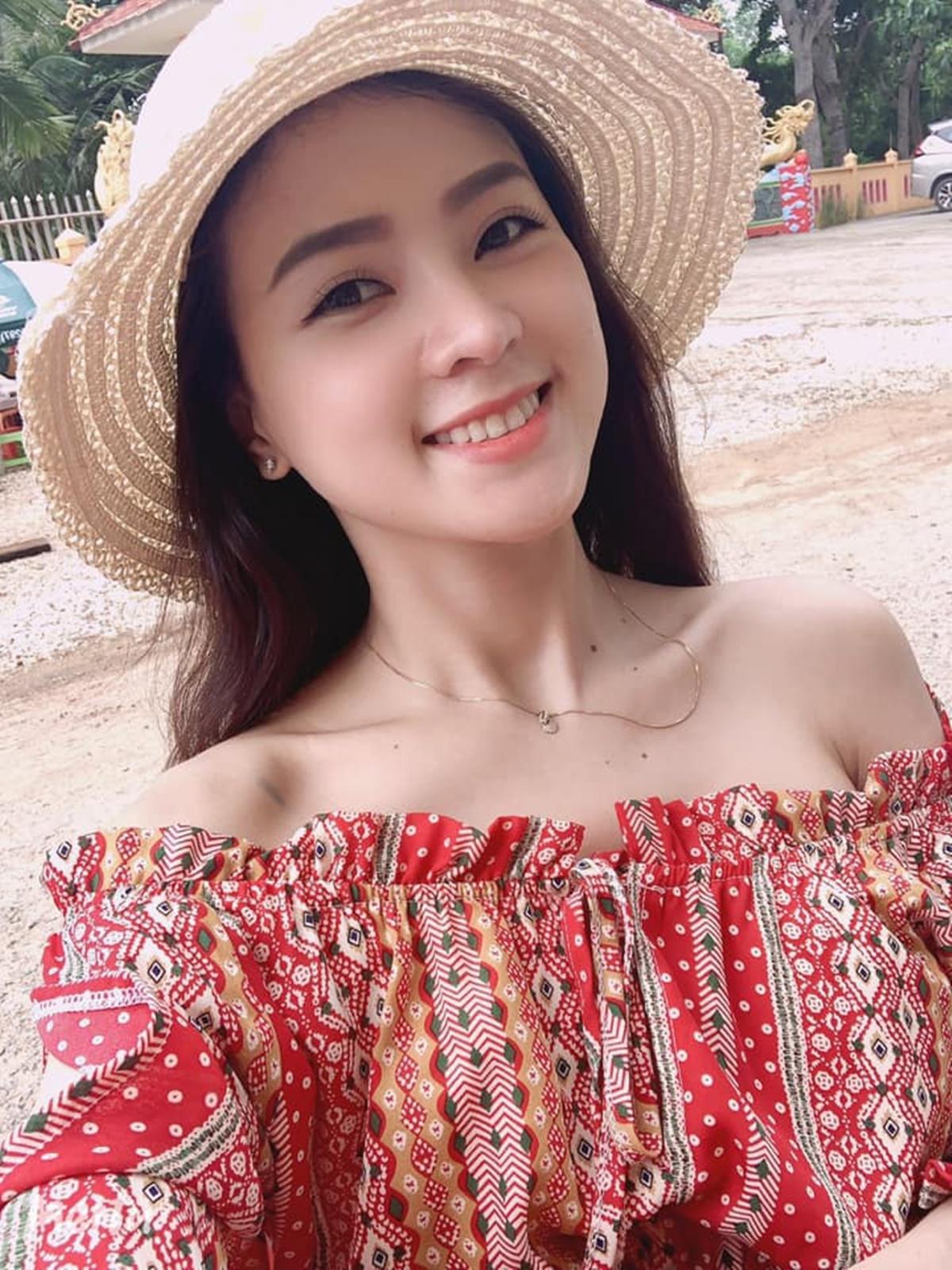 Thiên Hương thường trang điểm nhẹ, mặc đơn giản ở đời thường.
