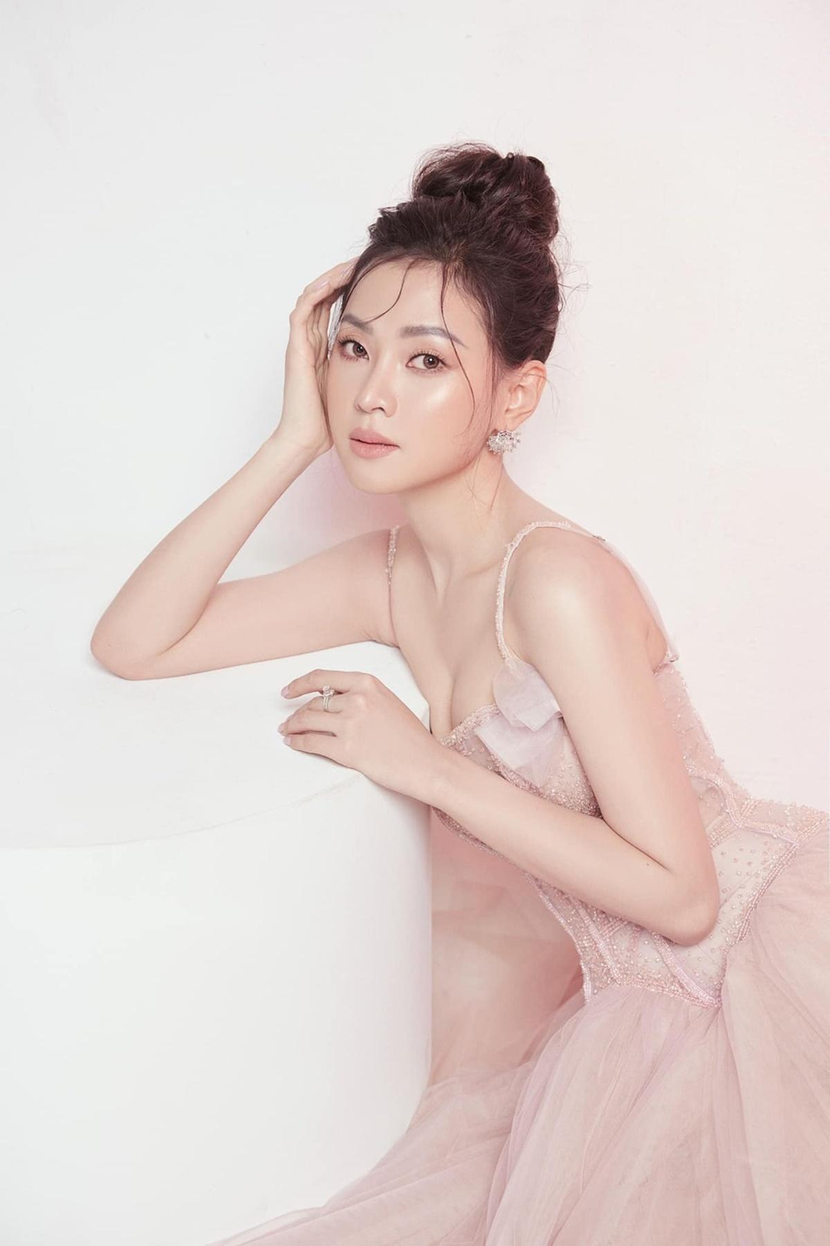 Nhan sắc trong trẻo của Thiên Hương trong một bộ hình thời trang. Cô thừa nhận ca hát là đam mê nhưng có nhiều mục tiêu khác để theo đuổi. Cô không thích sự ồn ào của showbiz nên chỉ tập trung theo đuổi những mục tiêu bản thân vạch ra.