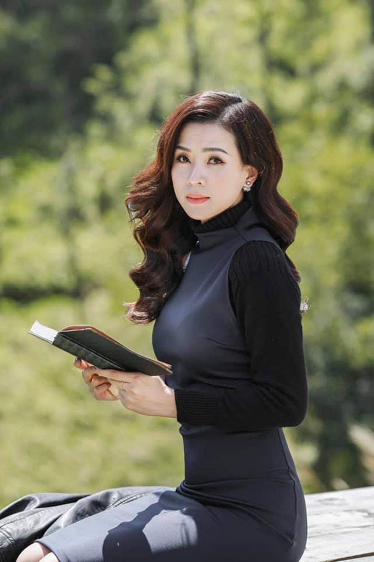 Làn da trắng, gương mặt cân đối giúp Thiên Hương mặc đẹp những gam màu trầm.