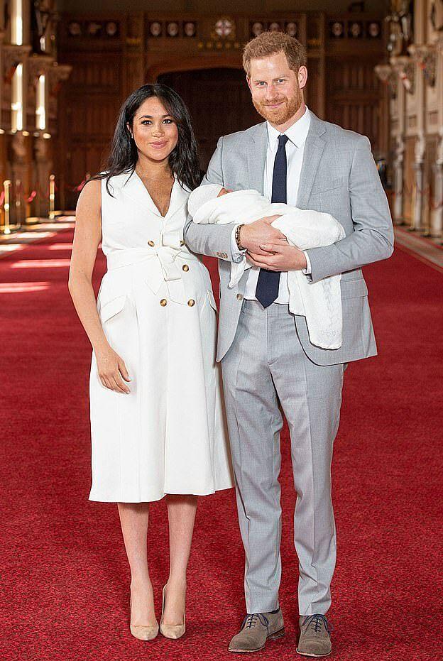 Nhà Harry - Meghan ôm em bé Archie, hiện 21 tháng tuổi,