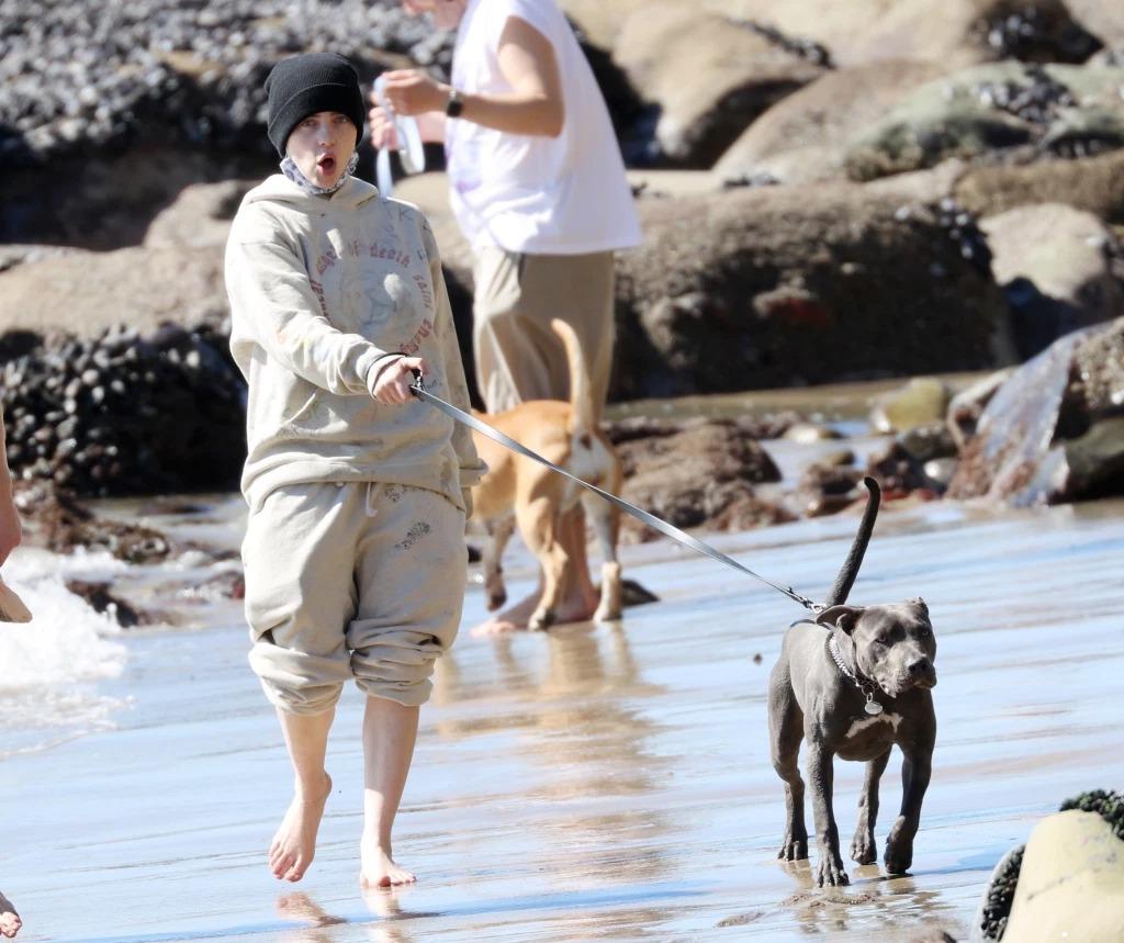 Eilish chạy nhảy tinh nghịch, đi chân trần để tận hưởng làn nước.