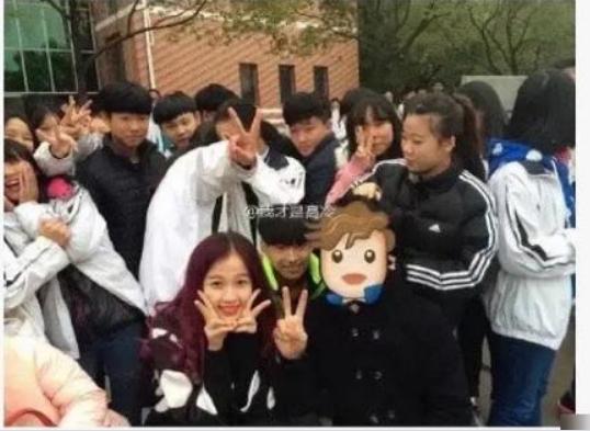 Nữ diễn viên (tóc đỏ) tươi tắn khi chụp ảnh cùng nhưng học sinh trong trường của Trương Triết Hạn.