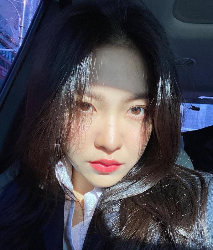 Yeri (Red Velvet) giúp da trông trắng sáng hơn nhờ đôi môi màu hồng san hô mịn mướt.