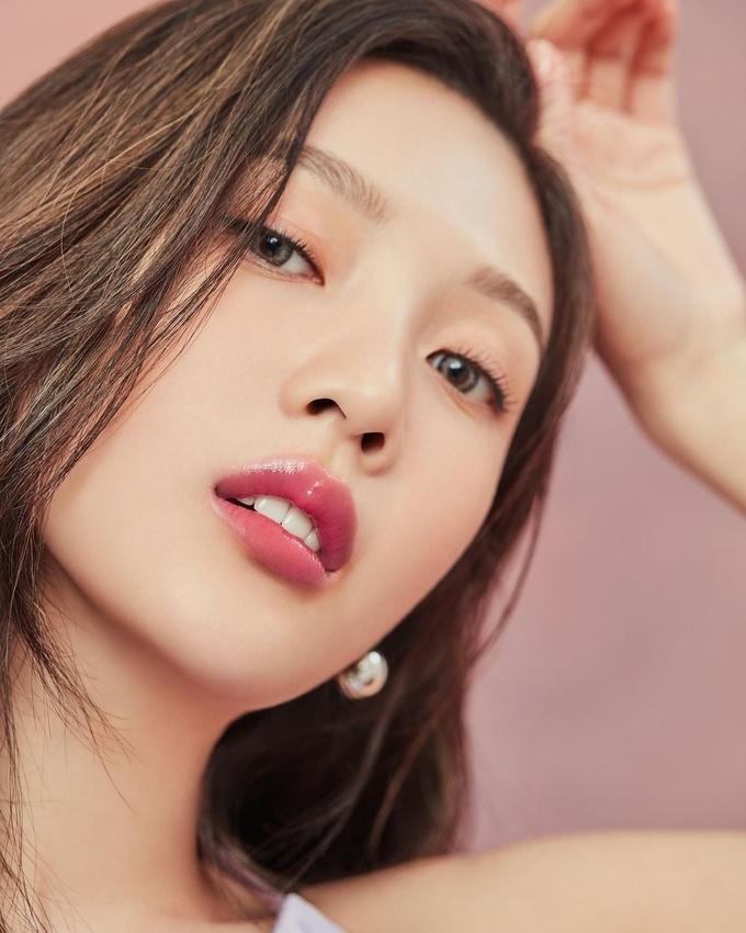 Trong bộ ảnh quảng bá son môi mới đây, Joy (Red Velvet) cũng lăng xê xu hướng trang điểm trong trẻo, môi bóng bẩy như giọt nước.