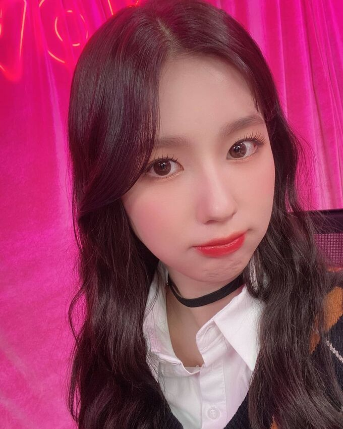 Với cách trang điểm này, Mi Yeon (G)-IDLE hạn chế tô vẽ phần mắt đậm đà. Cô nàng trông trẻ xinh, ngon lành như quả đào nhờ bầu má ửng hồng, đôi môi bóng mịn.