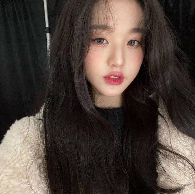 Jang Won Young chứng minh sự lên ngôi của xu hướng trang điểm căng bóng trong mùa hè năm nay. Với việc sử dụng tông hồng nhẹ nhàng, gương mặt của các cô gái trông sẽ tươi xinh nhưng không bị nặng nề, dày phấn.