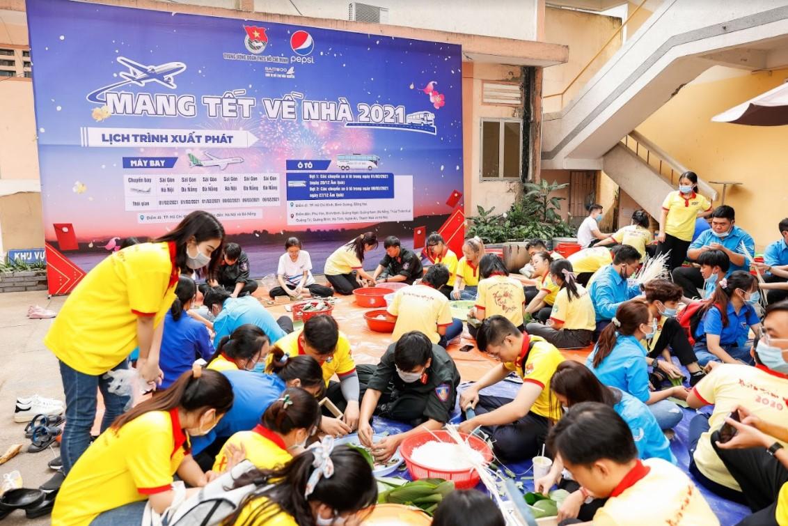 Ngày hội gói bánh chưng diễn ra tại số 5, đường Đinh Tiên Hoàng, phường Đakao, quận 1, TP HCM hôm 30/1. Ảnh: T. Nguyễn.
