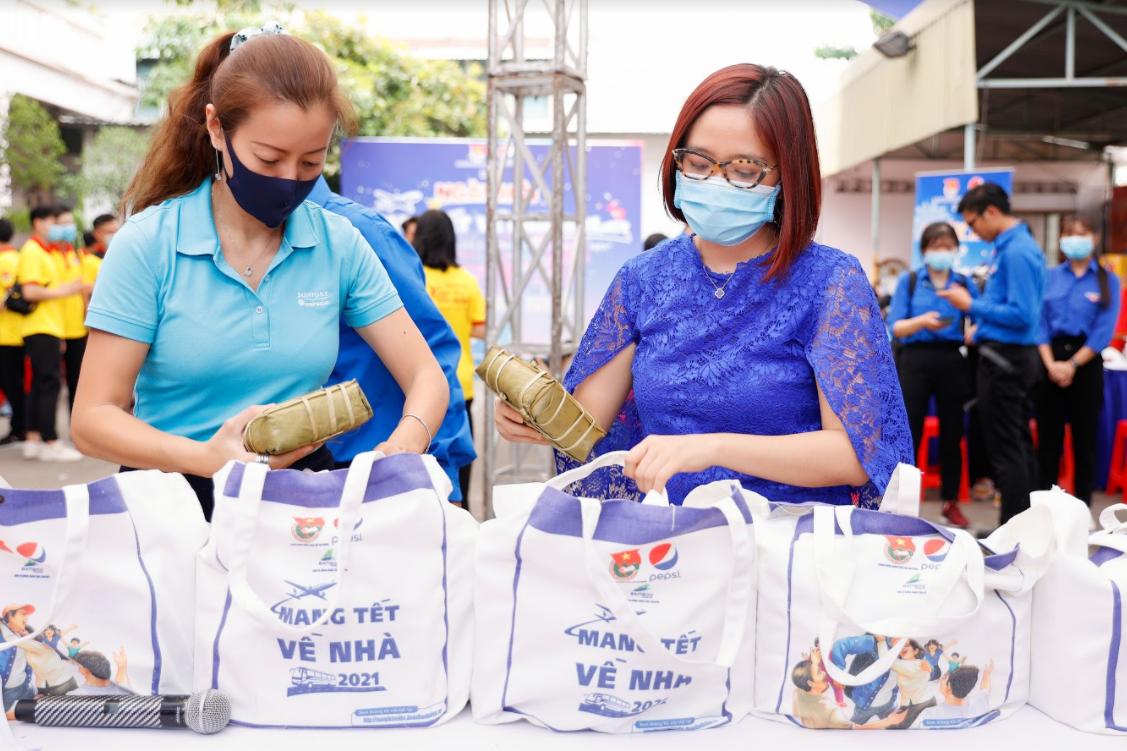 Những túi quà Tết được chương trình Mang Tết về nhà (do Pepsi, Bamboo Airways và Trung ương Đoàn phối hợp tổ chức) chuẩn bị sẵn cho người xa quê mang về gia đình. Ảnh: T. Nguyễn.
