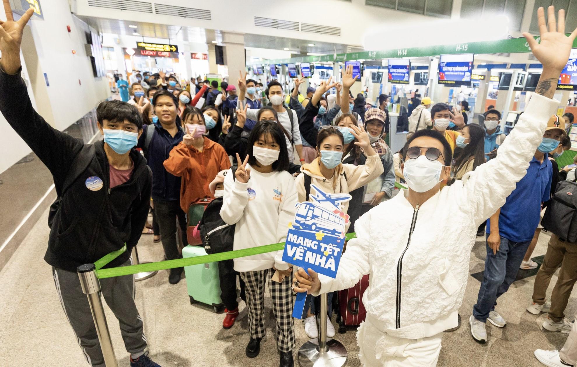 Hơn 3.000 người đã được chương trình Mang Tết về nhà tặng vé máy bay, tàu xe để về quê. Ảnh: T. Nguyễn.