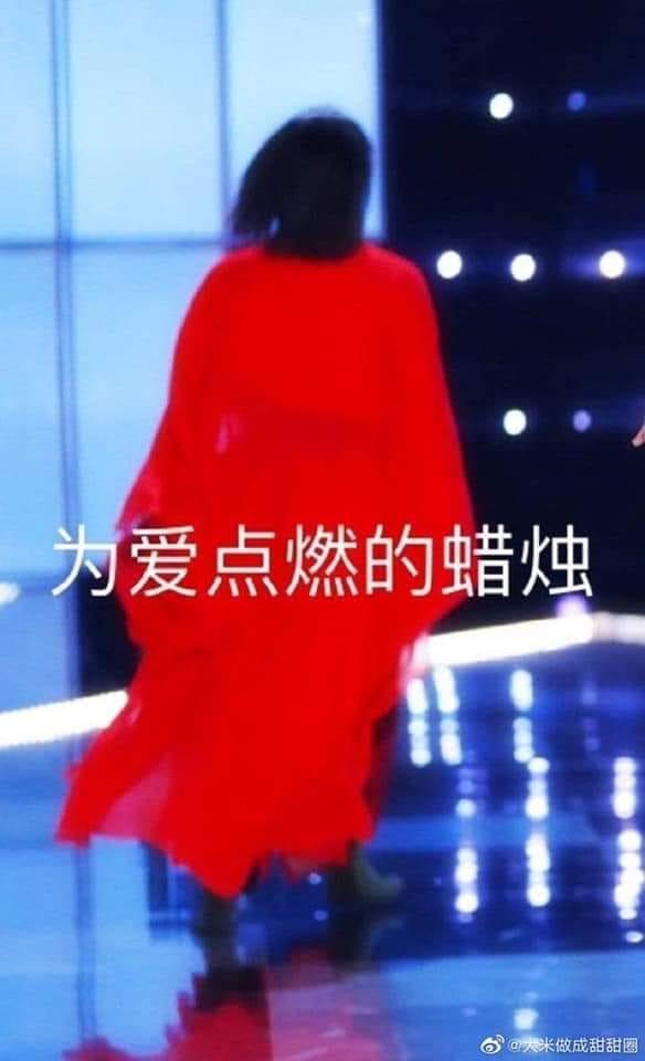 Bóng lưng của chàng trai áo đỏ Tiết Bát Nhất khiến netizen cười xỉu vì đang thi đấu lại đột nhiên biến thành bóng đèn của hai người còn lại.