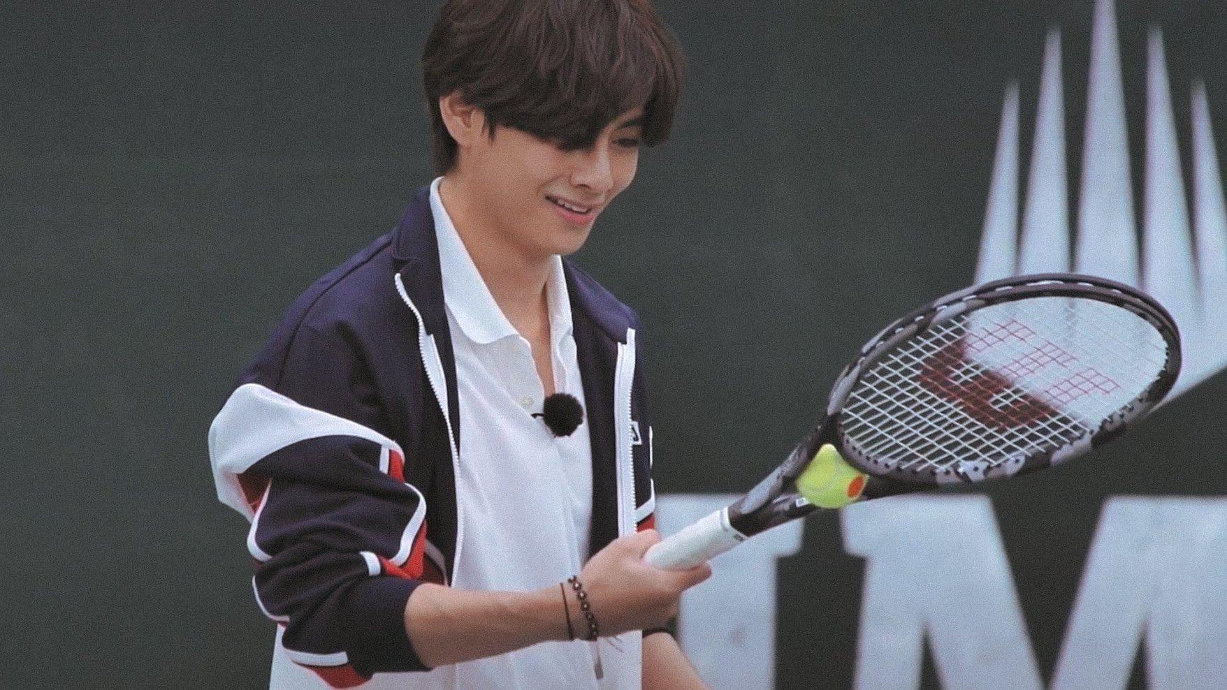 ...nhưng lại không đỡ được bóng mà quả bóng bị mắc kẹt trên chính cây tennis.