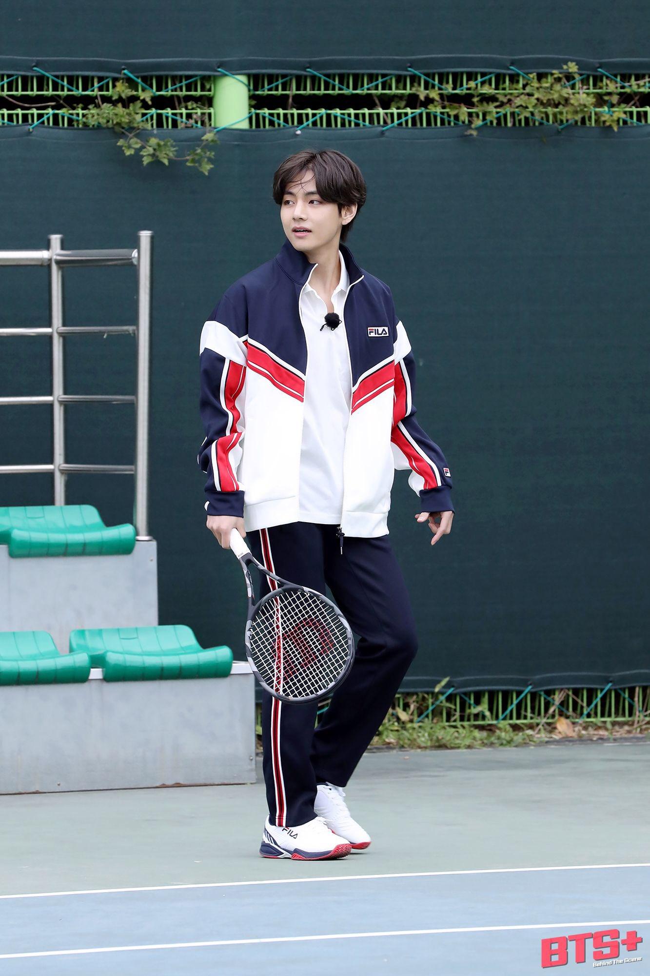 V (BTS) gây bão khi đánh tennis ngầu như nam chính phim thanh xuân vườn trường - 16
