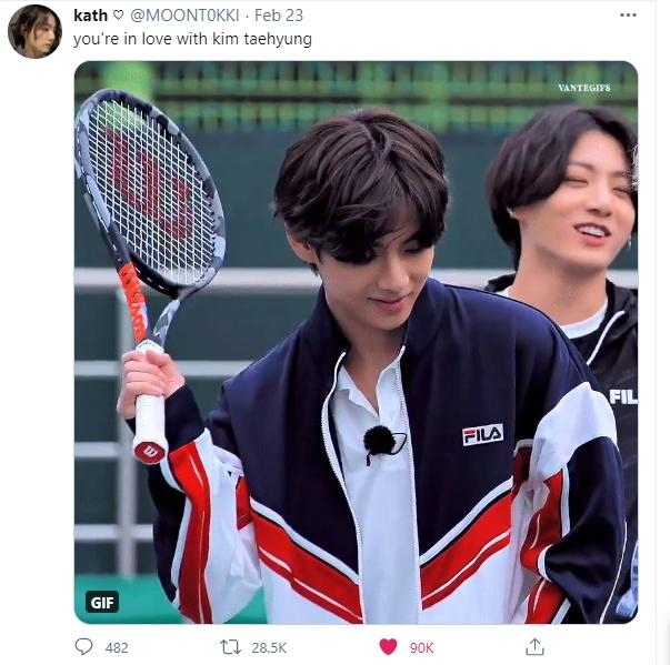 V (BTS) gây bão khi đánh tennis ngầu như nam chính phim thanh xuân vườn trường