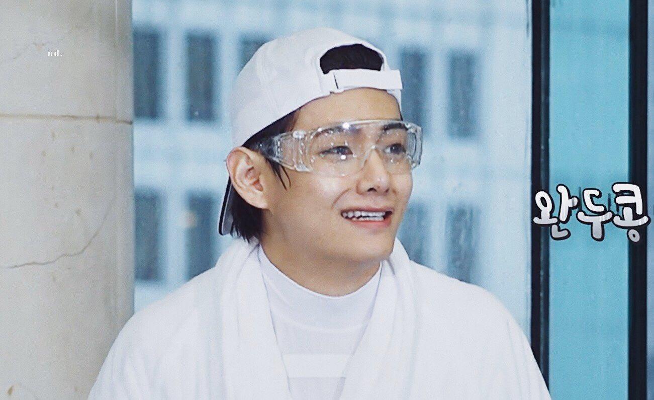 Nét mặt mếu máo của V khiến fan ôm bụng cười.