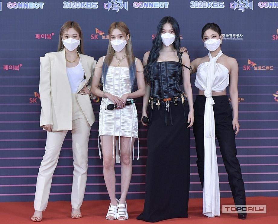 Tại thảm đỏ KBS Gayo Daechukje, Aespa từng bị chê tơi bời khói lửa vì trang phục không phù hợp vóc dáng, cách mix cũng lạc quẻ, kém khí chất high fashion.