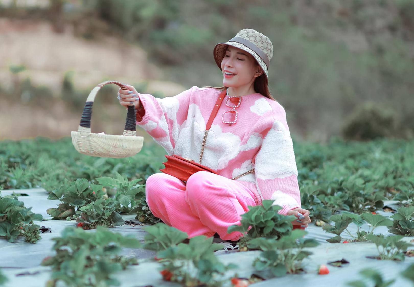 Khả Như nhí nhảnh đi hái dâu tây ở Đà Lạt.