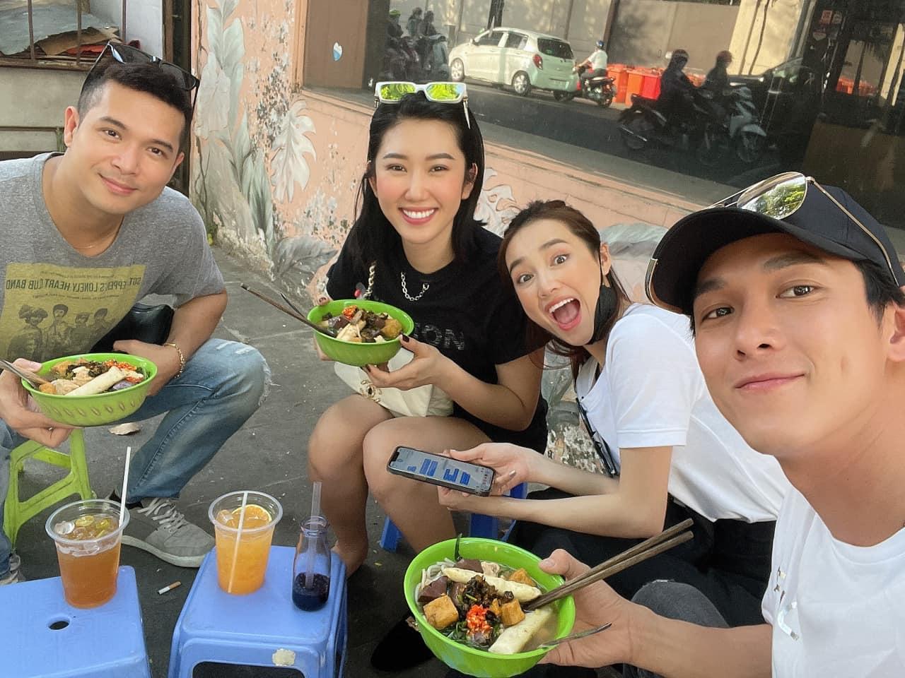 Trương Thế Vinh, Thúy Ngân, Nhã Phương và Song Luân nhí nhố ngồi ăn vỉa hè.