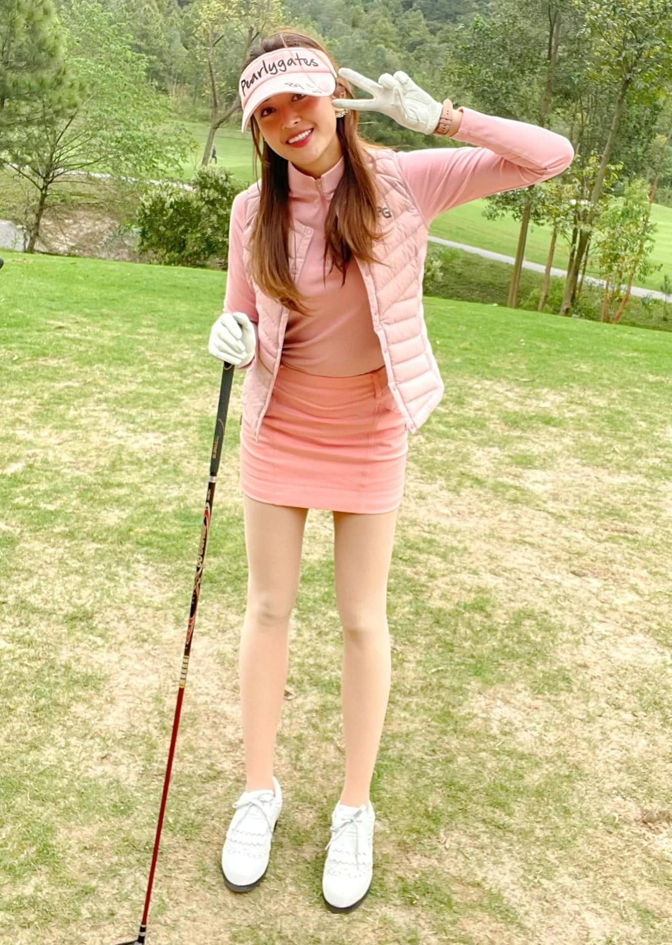 Huyền My trời nắng cũng như trời mưa rất chăm chỉ đến sân golf tập luyện.