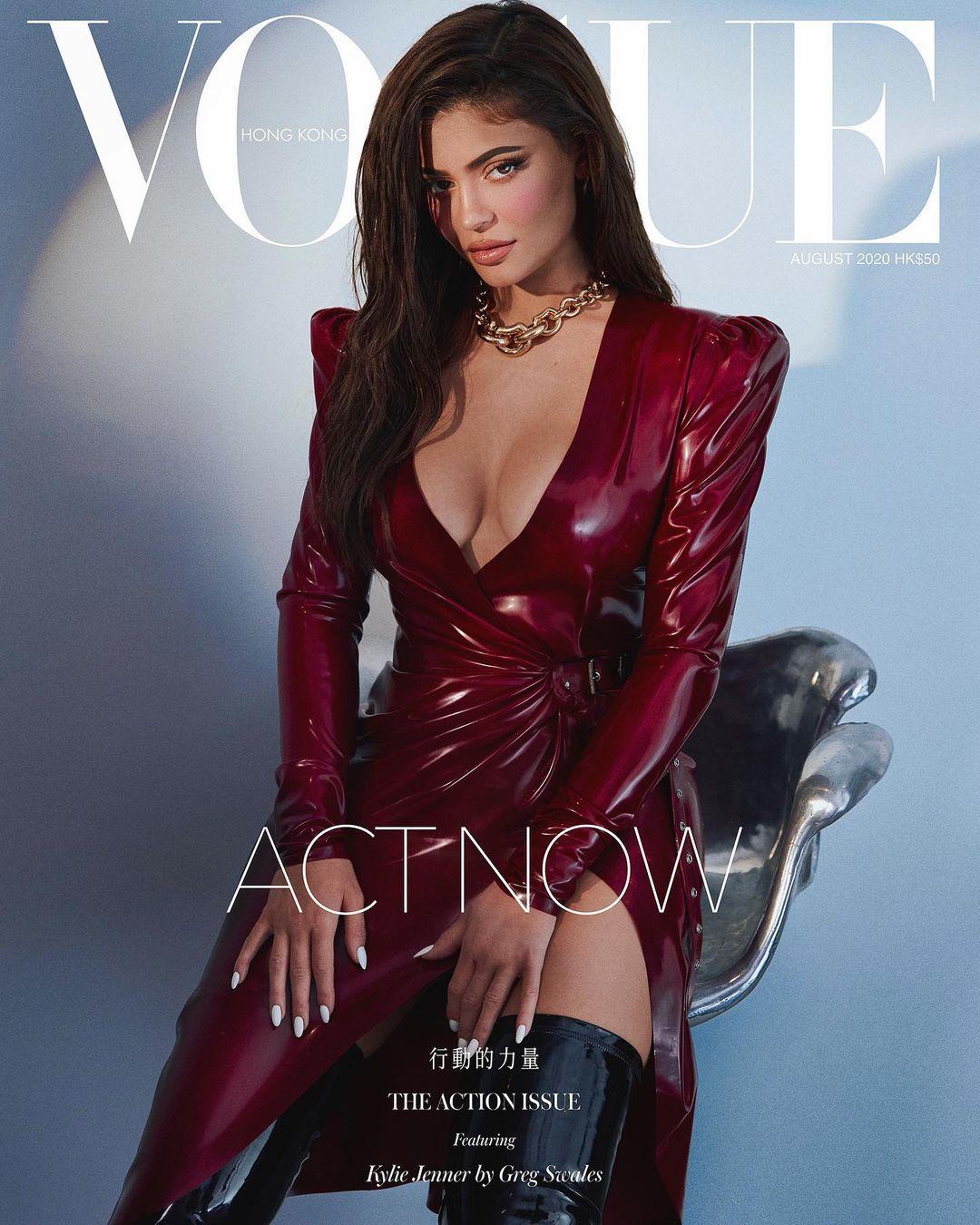 Nhiều tín đồ thời trang phát hiện ra, bộ cánh Ngọc Trinh diện gần như giống hệt style của Kylie Jenner trên bìa Vogue Hong Kong từ tháng 8 năm ngoái. Nàng IT Girl đình đám Hollywood cũng mặc đầm da đỏ của Saint Laurent với boots da đen cao đến đùi và vòng xích hầm hố.