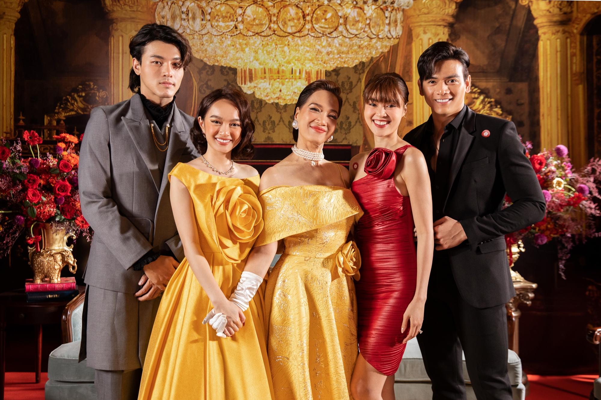 Ninh Dương Lan Ngọc và Lê Xuân Tiền - cặp đôi của hai phần Gái già lắm chiêu trước đó hội ngộ với dàn cast trong phần mới.