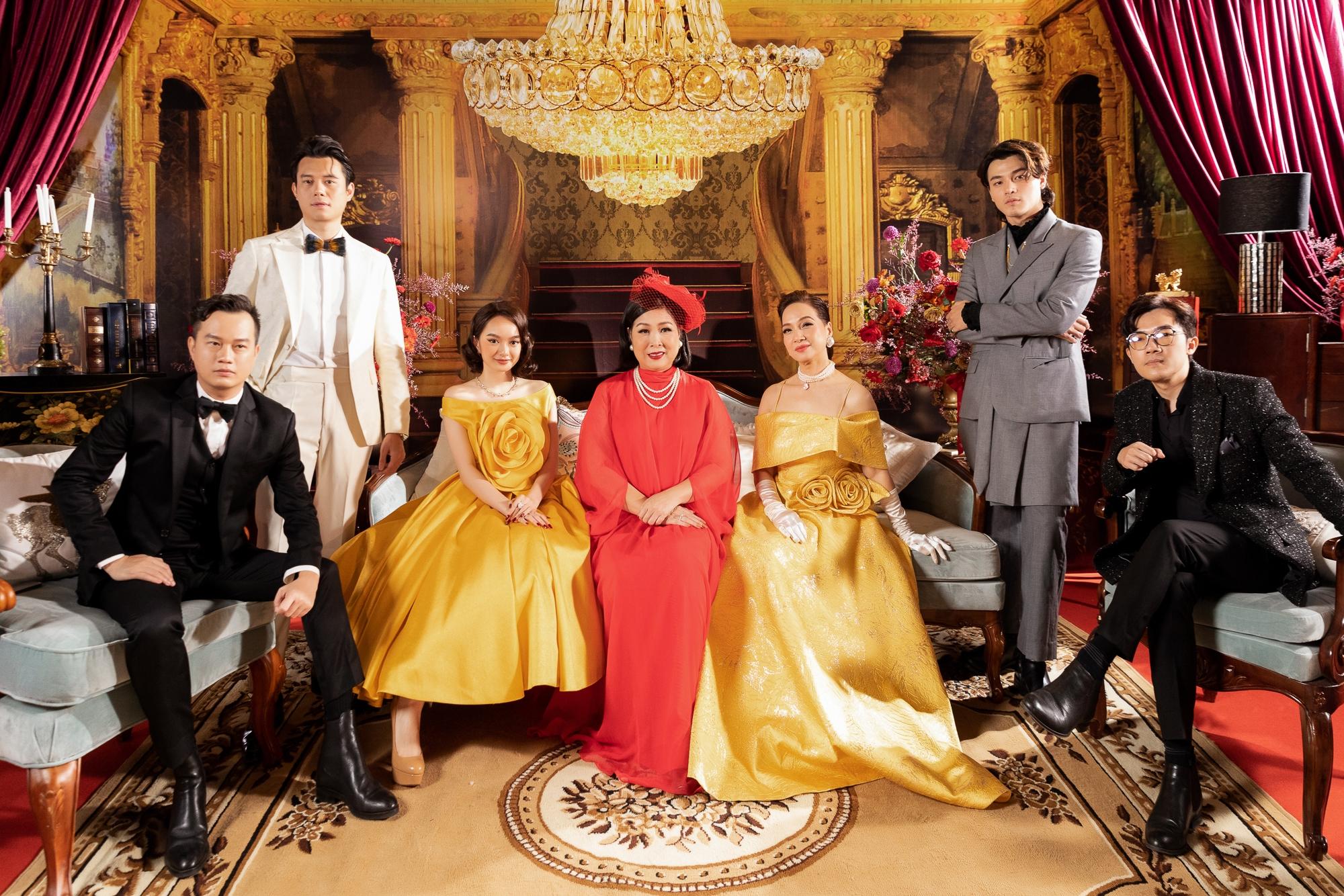 Bộ đôi đạo diễn Bảo Nhân và Namcito, dàn diễn viên gồm NSND Lê Khanh, Kaity Nguyễn, NSND Hồng Vân, Khương Lê, Anh Dũng... xuất hiện từ sớm để đón các khách mời.